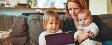Una madre con sus hijos leyendo